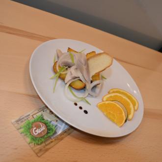 Маринований оселедець з цибулею та печеною картоплею
