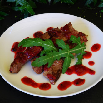 Ніжне м'ясо телятини під кисло-солодким соусом з ягід