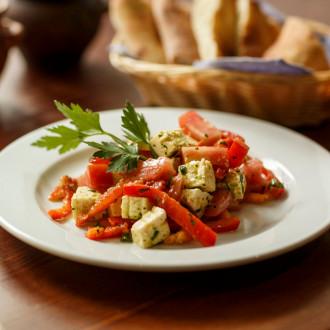 Салат з овочами та бринзою