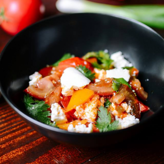 Салат зі свіжих сезонних овочів