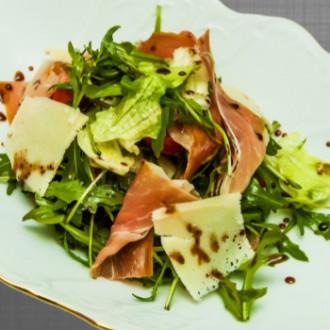 Салат з хамоном, руколою та грушею