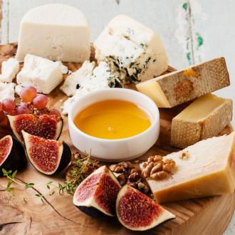 Асорті з французького сиру з медом